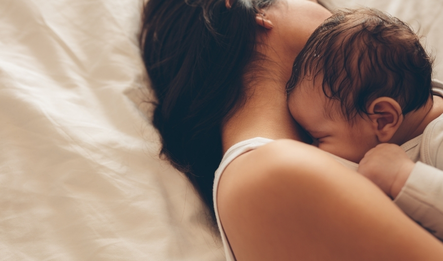 Piel con piel entre el bebé y la mamá