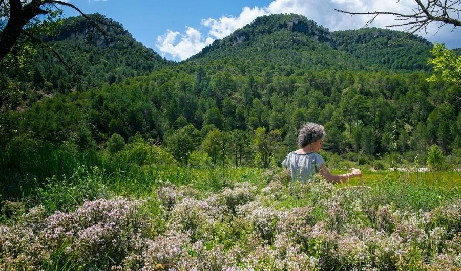 Proyecto femenino y rural, Evelyn recolectando plantas