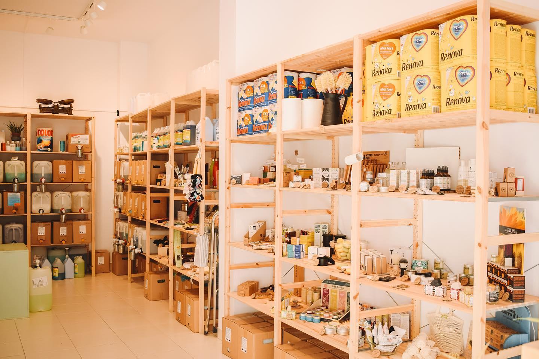 Interior de la tienda Refill & Zero, en Barcelona